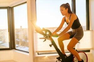 Une femme qui fait du vélo d'appartement.