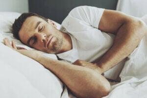 Un homme qui dort.