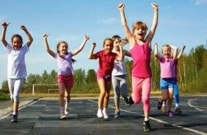 Un groupe d'enfants qui courent.
