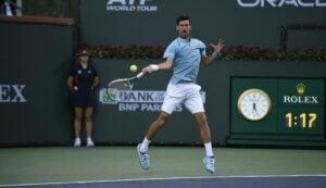 Novak Djokovic pendant un match de tennis.