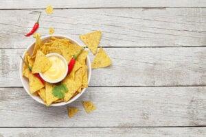 Un bol de nachos parmi les collations saines