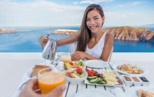 Une femme à table devant la mer.