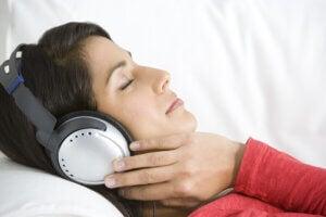 Une jeune femme qui se relaxe en écoutant de la musique.