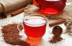 Une tasse de thé rouge.