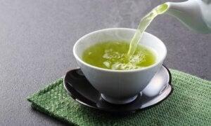Une tasse de thé vert.