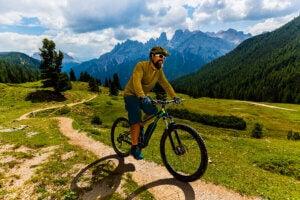 Un homme qui fait du vélo en montagne.