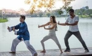 Trois personnes qui pratiquent des arts martiaux.