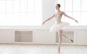 Une femme qui fait de la danse classique.