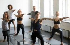Un cours collectif de yoga.