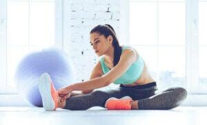 Une femme qui fait des étirements de stretching.