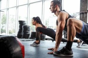 Un couple qui fait des étirements de stretching.