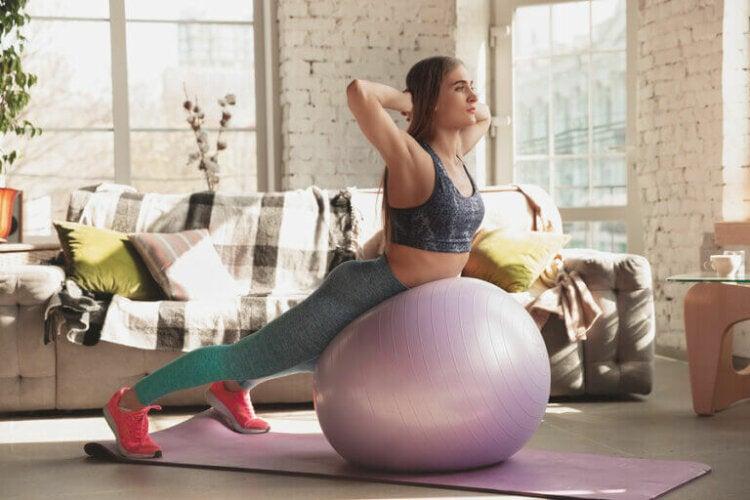 Fortifier le core grâce à des exercices avec une fitball