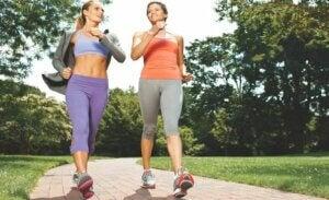 Deux femmes qui marchent dans un parc.