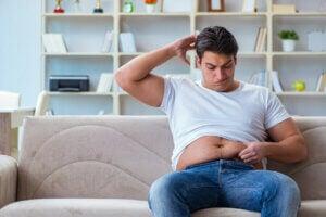 Un homme avec une surcharge pondérale au niveau abdominal.