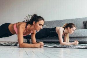Deux femmes qui s'entraînent à la maison.