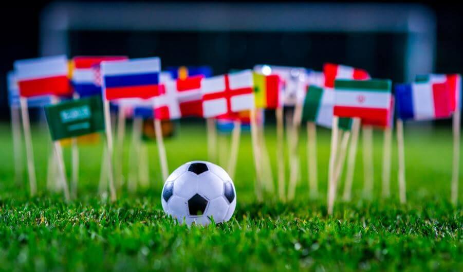 Un ballon de football et des drapeaux miniatures