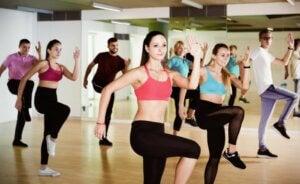 Un cours de zumba dans une salle de danse.