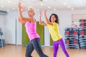 Deux femmes qui dansent.
