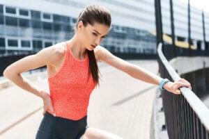 Une femme sportive fatiguée à cause de la déshydratation