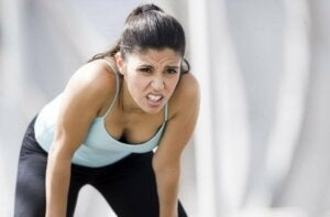 Une femme sportive fatiguée.