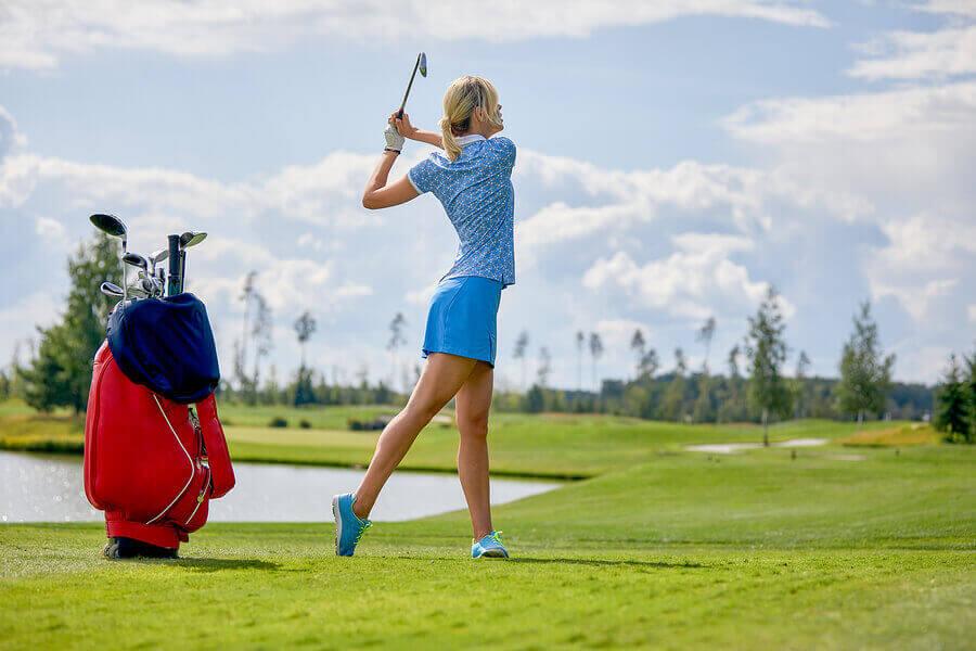 Une femme jouant au golf.