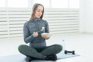 Une femme sportive qui a une alimentation saine.