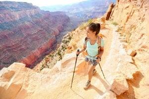 Une femme qui fait un trekking en montagne.