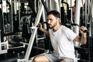 Un homme qui fait de la musculation