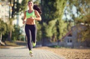 Une jeune femme pratiquant la course