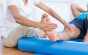 Un physiothérapeute qui fait un massage.