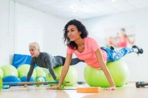 Deux femmes qui font des abdominaux sur un ballon de stabilité.
