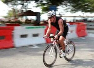 Un homme faisant du vélo.