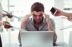 Un homme stressé au travail.