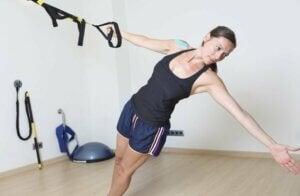 Une femme et son entraînement fonctionnel en suspension
