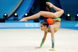 Une gymnaste faisant une figure.