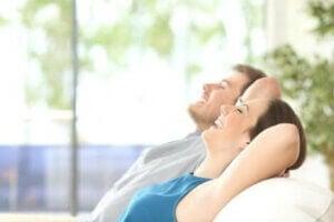 Un homme et une femme sur un canapé.