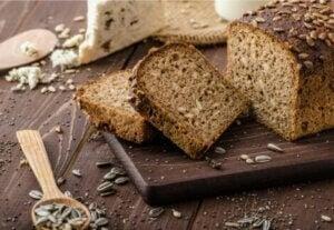 Tranches de pain complet aux graines.