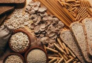 Assortiment de céréales complètes.