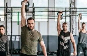 Entraînement de musculation avec des poids.