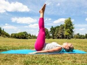 Une femme qui fait des exercices contre la flaccidité abdominale.