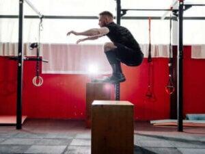 Un homme sautant sur une caisse.