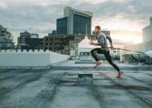 Un homme qui court en ville.