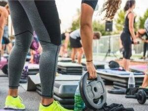 Une femme faisant des exercices avec des poids.