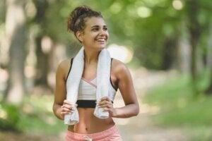 Une jeune femme sportive qui sourit.