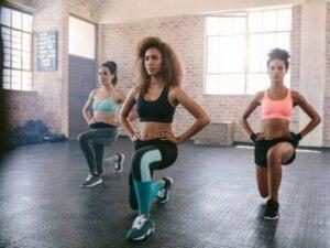 Un entraînement aérobique avec des femmes.