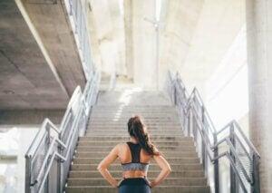 Une femme monte des escaliers.