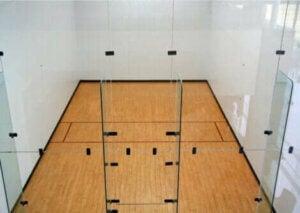Un terrain de squash.