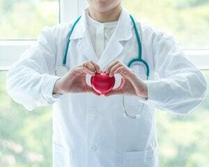 Un médecin cardiologue.