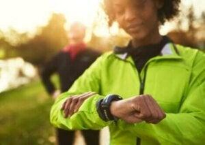 Une femme avec un bracelet connecté de fitness.