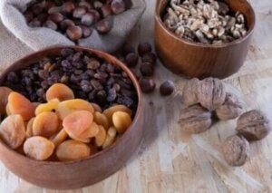 Des fruits secs sur une table.